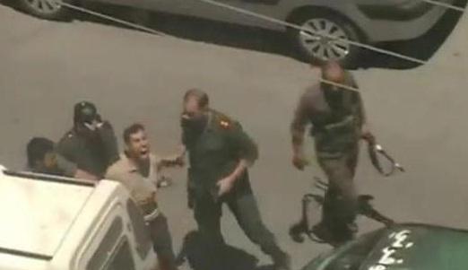 أثناء ضرب الكاتب زاهي نوفل في المظاهرة التي خرجت رداً على اغتيال رضوان وشقير