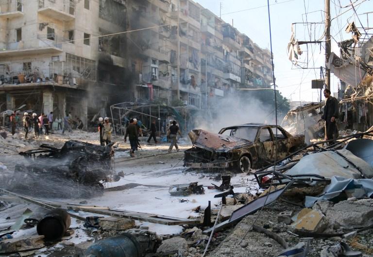 مواطنون سوريون في مدينة حلب يتفقدون الدمار الذي خلّفه قصف النظام (AFP) مواطنون سوريون في مدينة حلب يتفقدون الدمار الذي خلّفه قصف النظام (AFP)