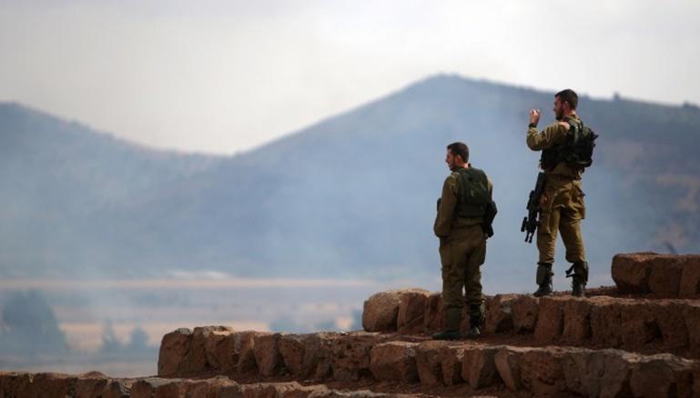 جنود من الجيش الإسرائيلي يراقبون الجانب السوري من الجولان المحتل (أ ف ب)