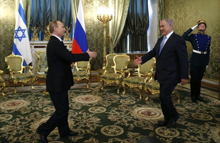 Russian President Vladimir Putin (L) welcomes Israeli Prime Minister Benjamin Netanyahu during a meeting at the Kremlin in Moscow on June 7, 2016. / AFP PHOTO / POOL / Maxim Shipenkov
